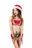 Navidad Doncella divertida de la nieve en Santa Claus Costume con el árbol de navidad Fotografía de archivo