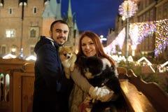 Navidad El par joven de un balcón admira la ciudad festiva Fotografía de archivo libre de regalías