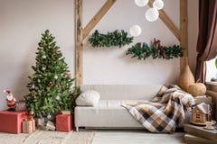 Navidad en sala de estar de la mañana Sofá cama en interior de la Navidad celebre el Año Nuevo y los días de fiesta Árbol de navi fotos de archivo
