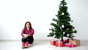 Navidad, invierno, concepto de la felicidad - mujer sonriente con el árbol de navidad y cajas de regalo en la animación del movim almacen de video