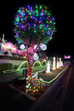 Navidad mágica enciende decoraciones en hogar en los días de fiesta de la Navidad Fotos de archivo libres de regalías