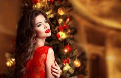 Navidad Mujer sonriente hermosa Clavos de la manicura maquillaje cure fotos de archivo