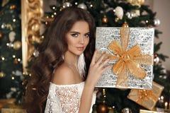 Navidad Mujer sonriente hermosa con la caja de regalo interi de la moda imagen de archivo libre de regalías