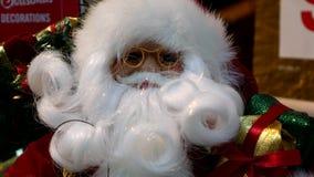 Navidad Panorama y primer de un juguete Santa Claus almacen de metraje de vídeo