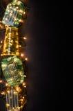 Navidad se enciende en el florero de cristal sobre fondo oscuro Concepto de la tarjeta de Navidad Espacio para el texto, visión s Fotografía de archivo libre de regalías