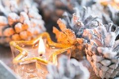 Navidad Tarjeta de Navidad con el pequeño cono de la vela que brilla intensamente y de abeto Fotografía de archivo