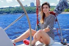 Navigação atrativa da menina em um iate, no dia de verão foto de stock royalty free