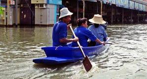 Navigação através da água da enchente 2 Imagens de Stock