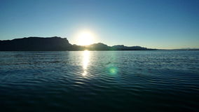 Navigação através do lago largamente aberto video estoque