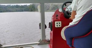 Navigação através do rio Capitan está conduzindo o cruzador filme