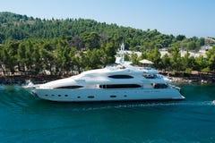 Navigação branca da navigação do iate perto da costa Barco na natureza fotos de stock royalty free