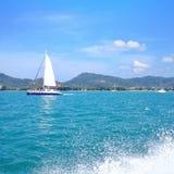 Navigação branca do barco de vela Imagem de Stock Royalty Free