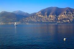 Navigação branca do barco no lago em um por do sol bonito Imagem de Stock