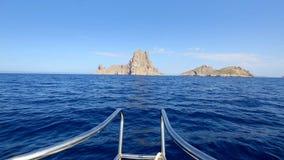 Navigação da curva do barco no mar Mediterrâneo azul filme