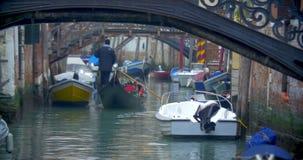 Navigação da gôndola ao longo do canal da água em Veneza filme