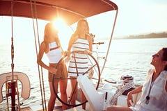Navigação da moça no barco luxuoso junto e para apreciar no por do sol foto de stock royalty free