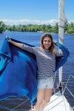 Navigação da mulher em um iate Imagens de Stock Royalty Free