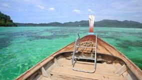 Navigação de madeira do barco no mar de Andaman de cristal imagens de stock