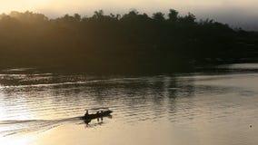 Navigação do barco da cauda longa no rio imagem de stock royalty free
