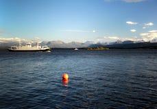 Navigação do barco da excursão em Noruega pelo mar. Foto de Stock