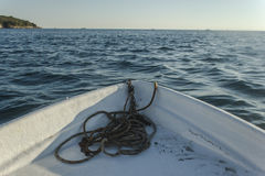 Navigação do barco durante todo a baía com wiev na ilha e no horizonte Imagens de Stock Royalty Free