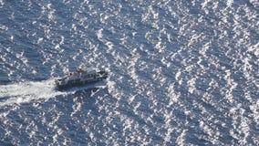 Navigação do barco a motor através do porto, caçadores furtivos levando a pescar o ponto no mar profundo filme
