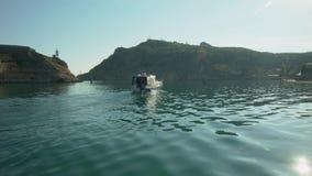 Navigação do barco na baía video estoque