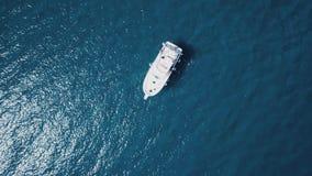 Navigação do barco na costa de Creus do tampão, no mar Mediterrâneo foto de stock