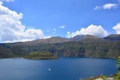 Navigação do barco no lago Cuicocha, em Otavalo, Equador Imagem de Stock Royalty Free