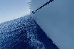 Navigação do barco no mar foto de stock