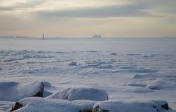 Navigação do barco no mar congelado Imagens de Stock