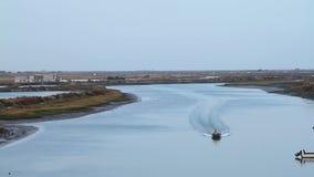 Navigação do barco por um rio video estoque