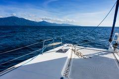 Navigação do catamarã do iate da navigação no mar Sailboat sailing fotografia de stock