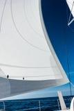 Navigação do catamarã do iate da navigação no mar Sailboat sailing imagem de stock royalty free