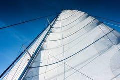 Navigação do catamarã do iate da navigação no mar Sailboat sailing foto de stock
