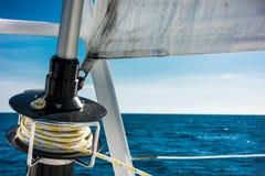 Navigação do catamarã do iate da navigação no mar Sailboat sailing imagens de stock