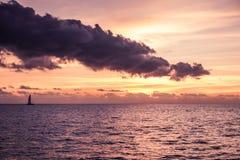 Navigação do catamarã do iate da navigação no mar Sailboat sailing fotos de stock royalty free