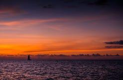 Navigação do catamarã do iate da navigação no mar Sailboat sailing fotos de stock