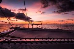 Navigação do catamarã do iate da navigação no mar Sailboat sailing fotografia de stock royalty free