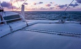 Navigação do catamarã do iate da navigação no mar Sailboat sailing foto de stock royalty free