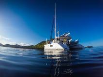 Navigação do catamarã do iate da navigação no mar das caraíbas imagem de stock royalty free
