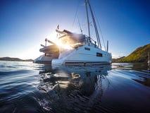 Navigação do catamarã do iate da navigação no mar das caraíbas fotografia de stock