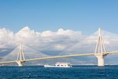 Navigação do ferryboat sob a ponte de suspensão imagem de stock
