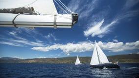Navigação do iate do grupo Raça de iate da navigação Barco de navigação no mar imagem de stock
