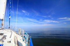 Navigação do iate do veleiro no mar azul. Turismo Imagens de Stock Royalty Free
