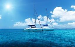Navigação do iate na água do oceano fotografia de stock