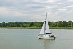 Navigação do iate no lago Polônia Mazury, Sniardwy, o lago o maior no Polônia imagem de stock royalty free