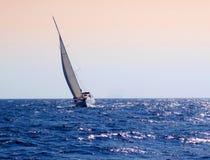 Navigação do iate no mar imagem de stock royalty free