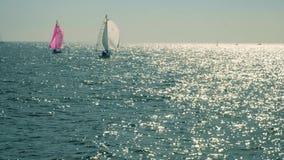 Navigação do iate no mar aberto No mar aberto no tempo ensolarado, dois iate de navigação cruzam-se video estoque