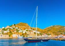 Navigação do iate no mar azul imagens de stock royalty free